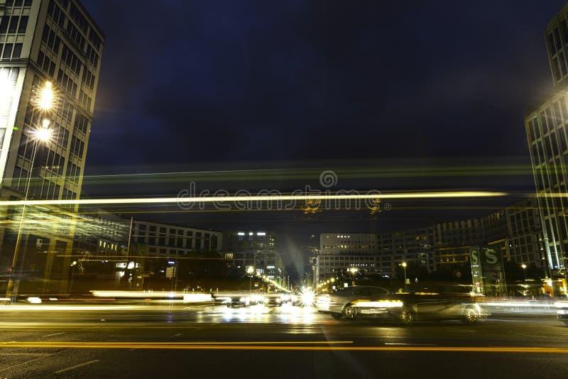 La lumière de scènes de nuit de Berlin traîne sur le fond foncé photographie stock