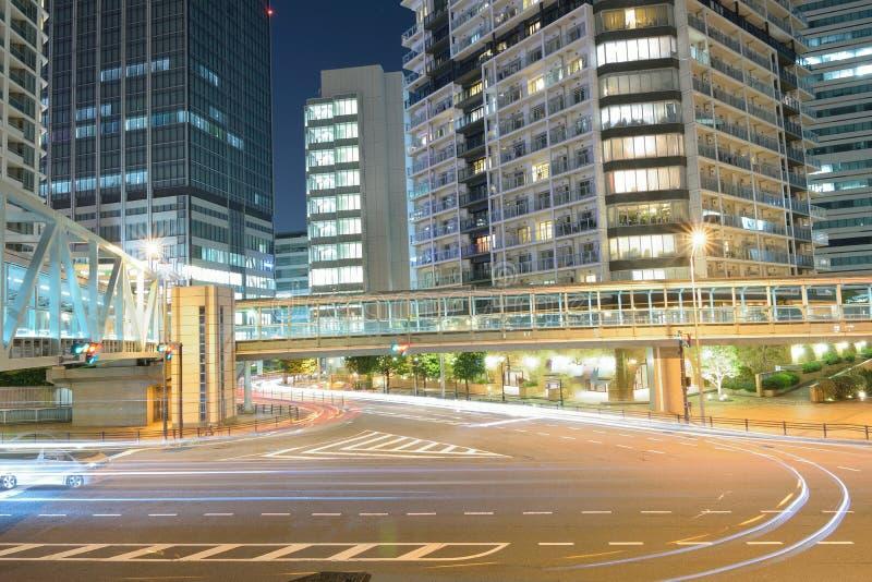 La lumière de véhicules en mouvement traîne à la place de ville urbaine photo libre de droits