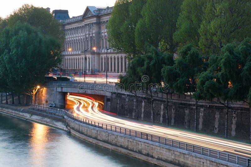La lumière de voiture traîne à une sortie de tunnel aux frontières de la Seine de rivière dedans image libre de droits