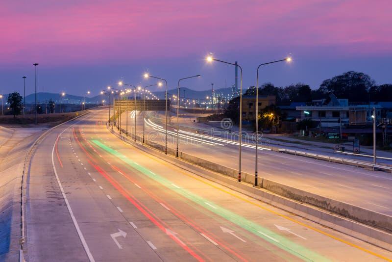 La lumière de voiture traîne sur l'autoroute avec le beau ciel au crépuscule image libre de droits