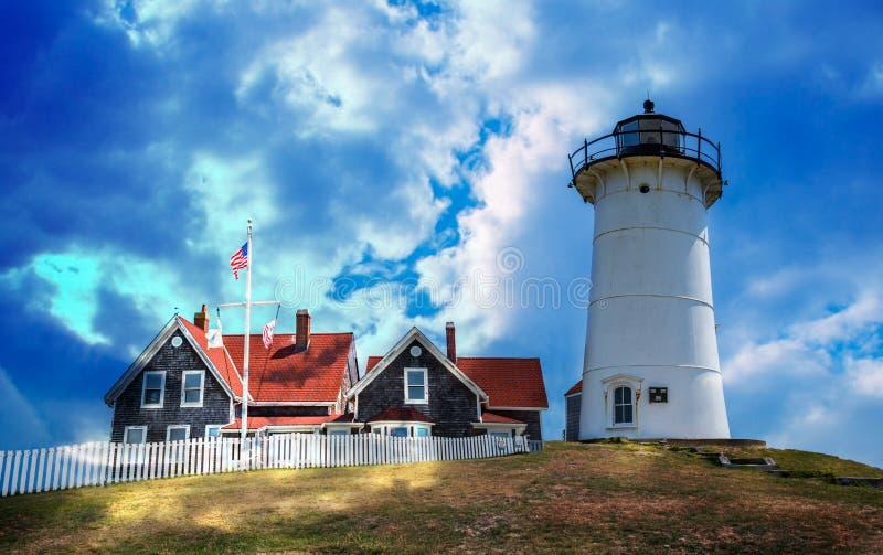 La lumière dramatique inonde le phare de Nobska dans Cape Cod images stock
