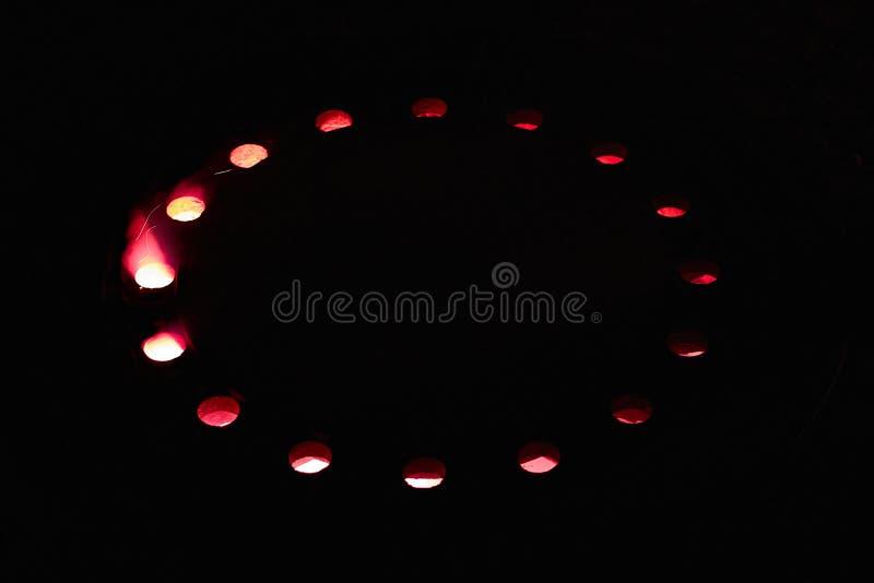 La lumière du feu rouge brille par des trous image libre de droits