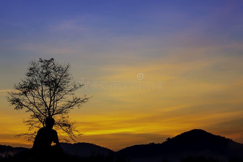 La lumière du soleil de matin derrière les montagnes avec l'ombre d'un homme et de l'arbre photo stock