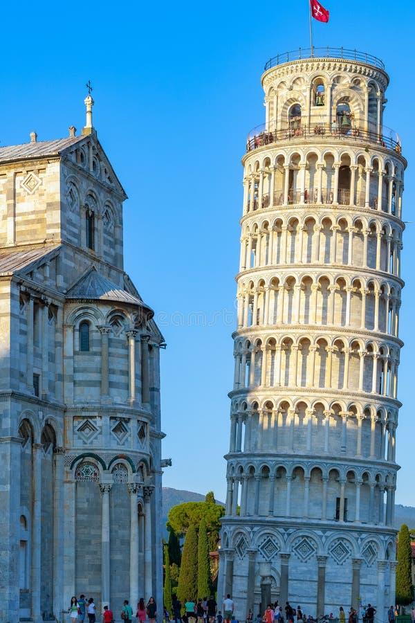 La lumière du soleil a frappé sur le dessus de la tour penchée et de la cathédrale de Pise photo libre de droits