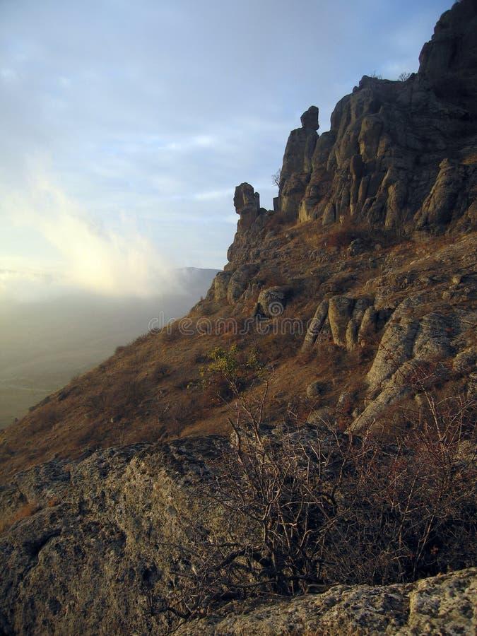 La lumière du soleil opacifie près des roches de montagne de Demerdzhi photos libres de droits
