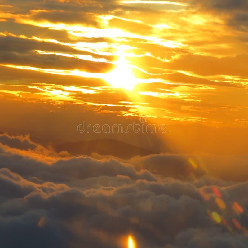 La lumière du soleil perce les nuages pour produire l'éclairage déprimé sur un pilier de pêche au crépuscule image stock