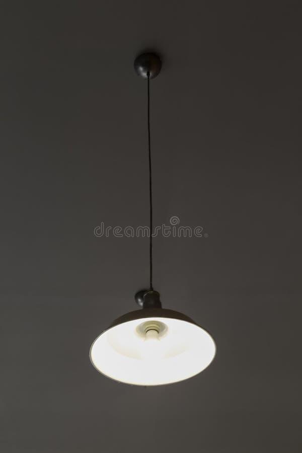 La lumière est arrangée autour d'une fenêtre circulaire dans le plafond d'une salle à manger de supérieur-résidence que la lumièr photos libres de droits