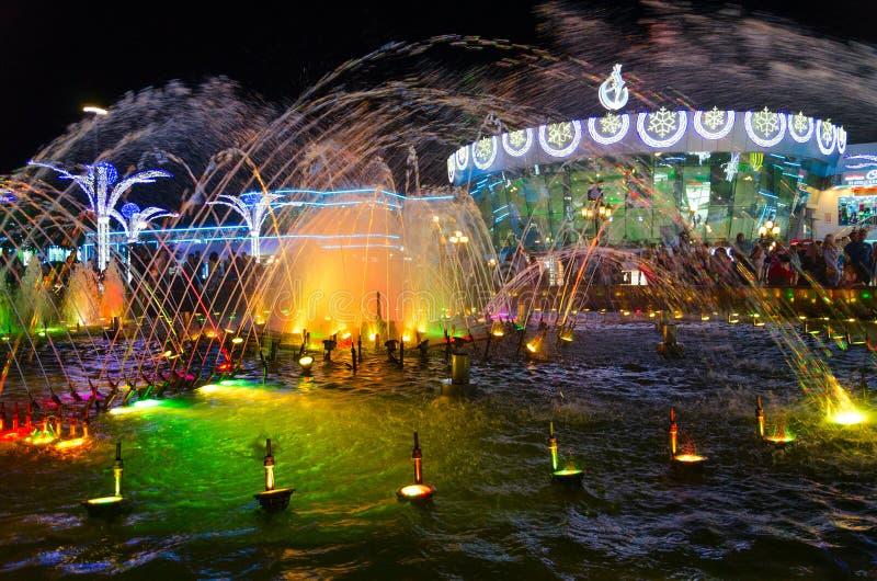 La lumière et la fontaine de musique dans le secteur populaire d'achats et de divertissement de Soho ajustent dans la soirée, Sha images stock