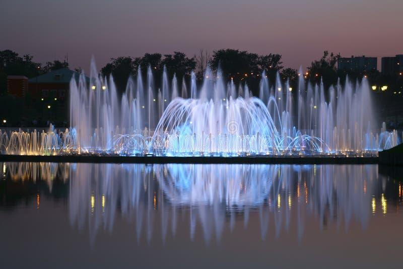 La lumière et la fontaine de musique dans Tsaritsyno se garent, Moscou image stock