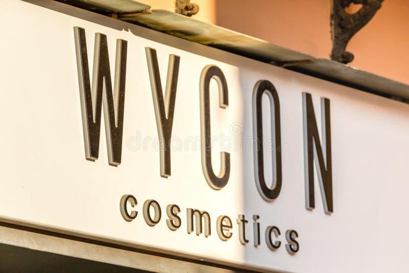 la lumière illumine le logo WYCON COSMETICS sur la vitrine images libres de droits