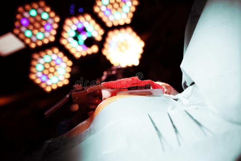 La lumière intimidante d'une lampe de fonctionnement s'est associée à la phobie o photographie stock libre de droits