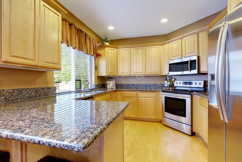 La lumière modifie la tonalité l'intérieur de cuisine avec les appareils en acier modernes image libre de droits