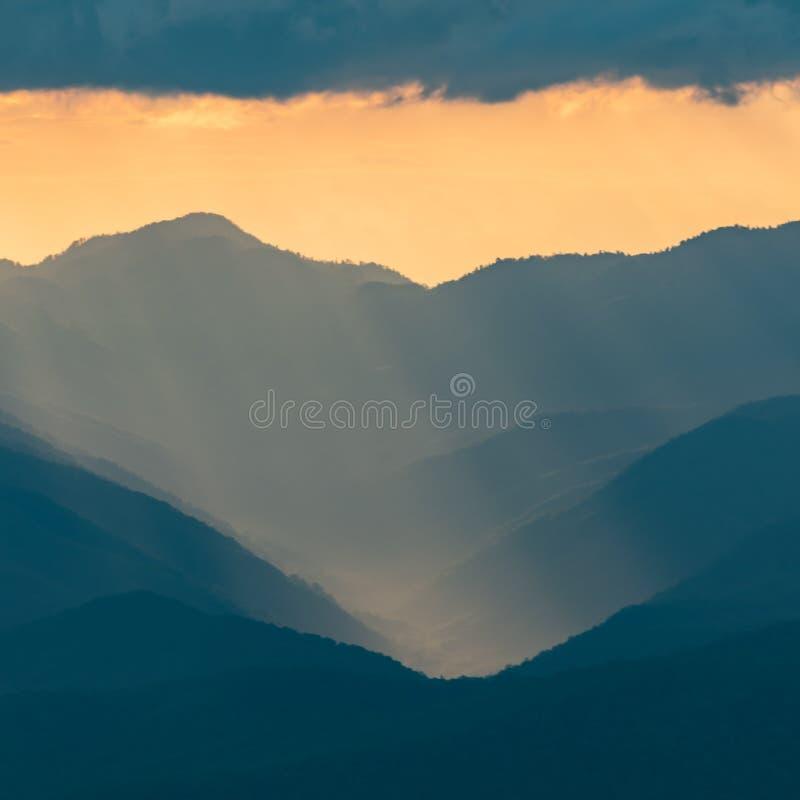 La lumière molle de coucher du soleil tombe au-dessus du Ridge bleu photo libre de droits
