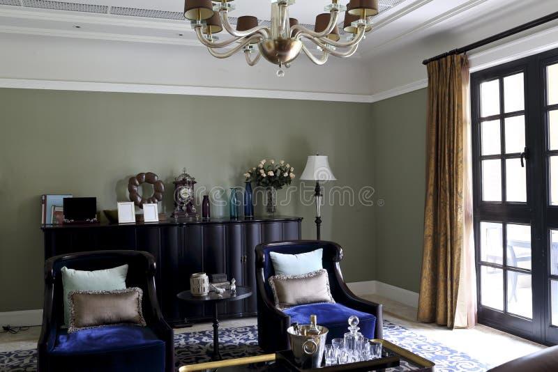 Download La Lumière Par Windows Et Portes Dans Le Salon Photo stock - Image du foncé, trappe: 56482028