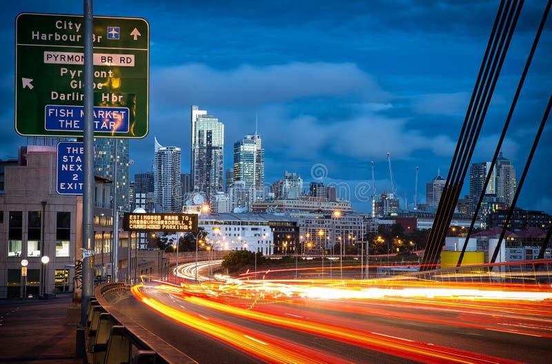 La lumière traîne des véhicules sur ANZAC Bridge à Sydney photo libre de droits