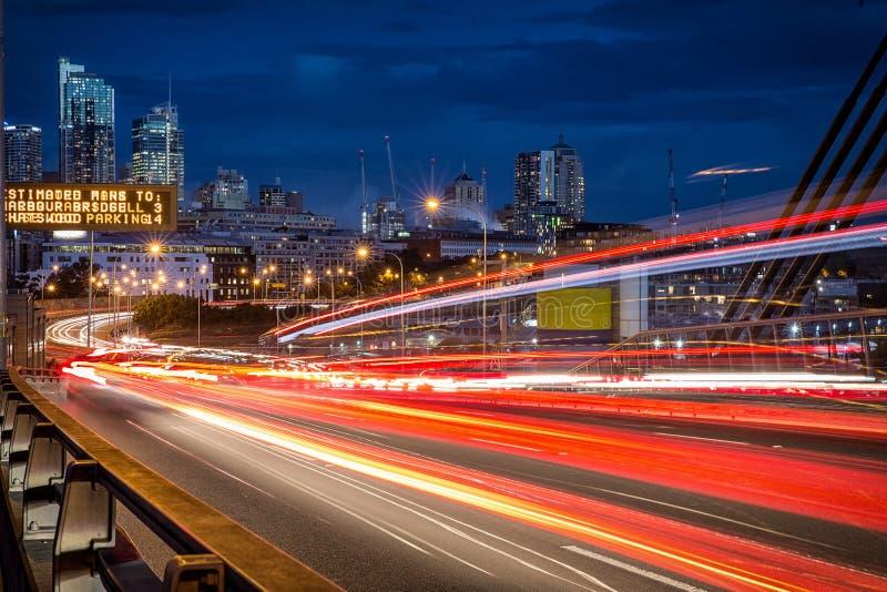 La lumière traîne des véhicules sur ANZAC Bridge à Sydney image stock