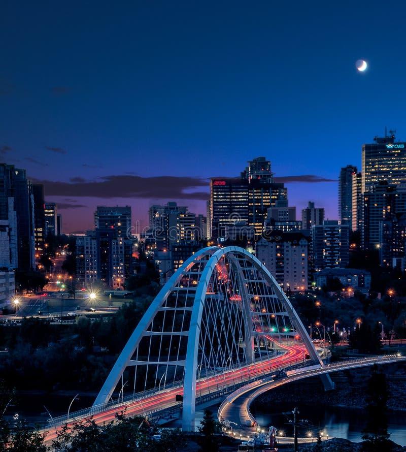 La lumière traîne pendant que le trafic traverse le nouveau pont pendant l'heure bleue à Edmonton YEG, Alberta, Canada photos libres de droits