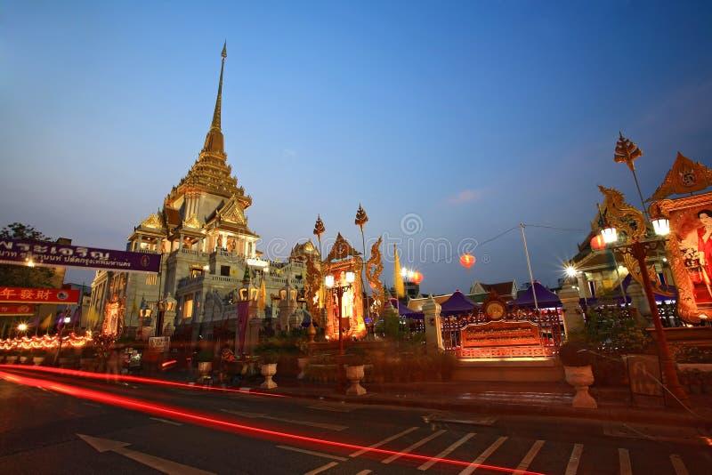 La lumière traîne sur la rue près du temple de Traimit au crépuscule photographie stock libre de droits