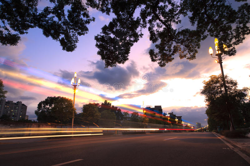 La lumière traîne sur la rue urbaine au crépuscule photos stock
