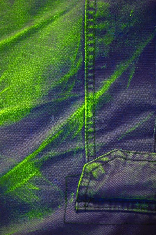 La luminiscencia ultravioleta del pigmento bajo luz UV en algodón pone en cortocircuito imagenes de archivo