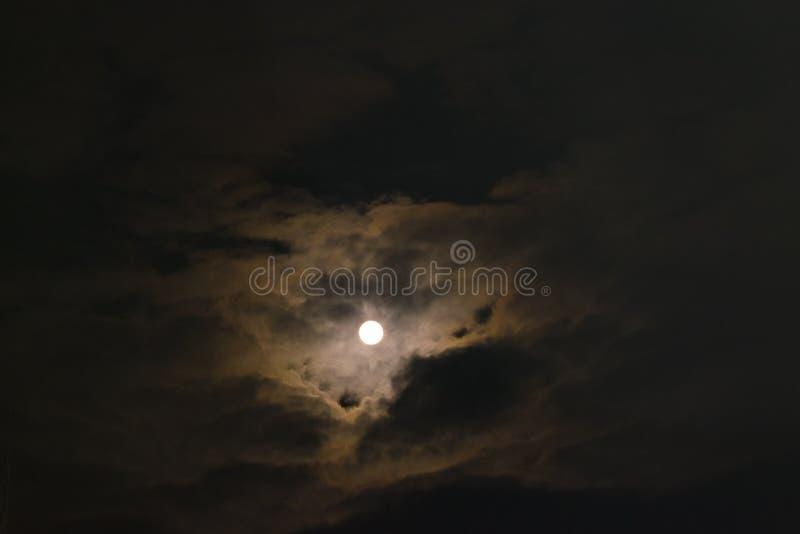La luna al punto più vicino alla terra nel gennaio 2018 fotografia stock