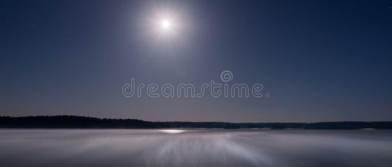 La luna appende sopra il lago immagini stock libere da diritti