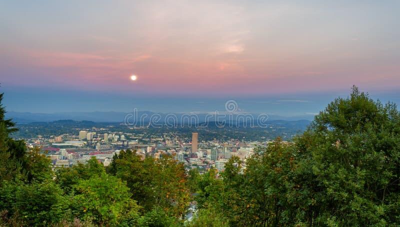 La luna de cosecha sube sobre Portland, Oregon foto de archivo