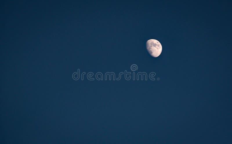 La luna en un cielo claro foto de archivo libre de regalías