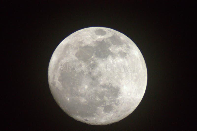 La luna está tan cercana usted puede casi alcanzarlo hacia fuera y tocar fotos de archivo libres de regalías