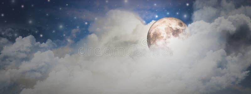 La luna estupenda con noche maravillosa y muchas nubes y las estrellas brillan brillantemente, belleza del concepto del cielo noc imagen de archivo libre de regalías