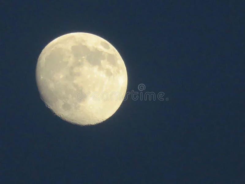 La luna hermosa está encantando tan imagen de archivo libre de regalías