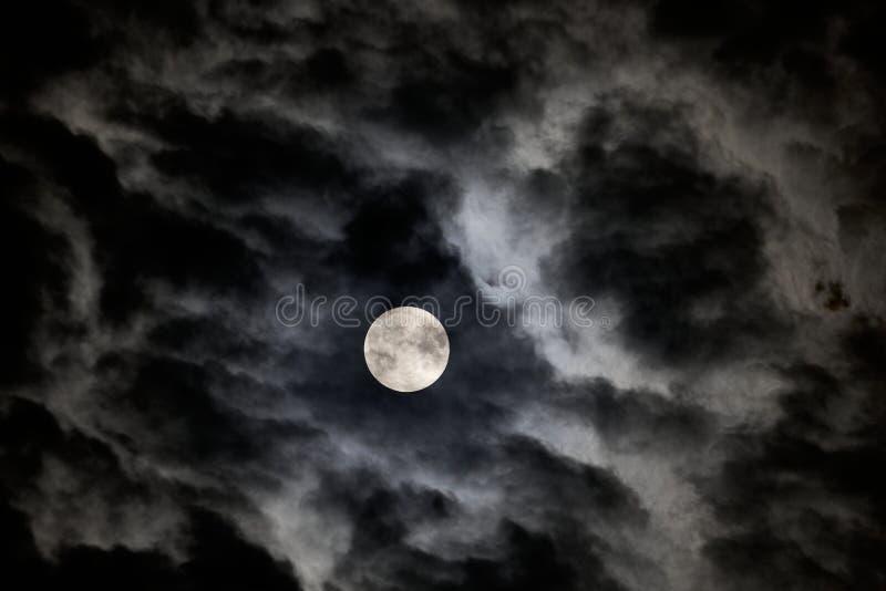 La Luna Llena en julio de 2019 según lo visto a través de las nubes rápidas imagen de archivo