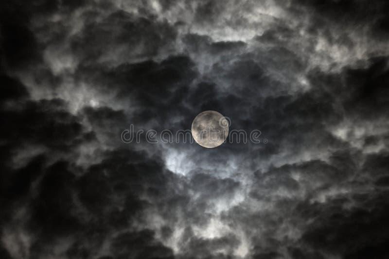 La Luna Llena según lo visto a través de las nubes rápidas fotos de archivo libres de regalías