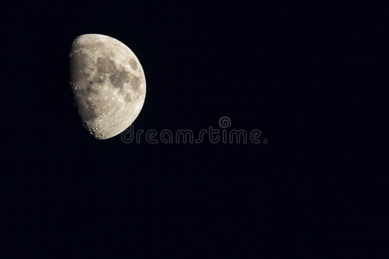 La luna nel cielo notturno nell'inverno fotografia stock libera da diritti
