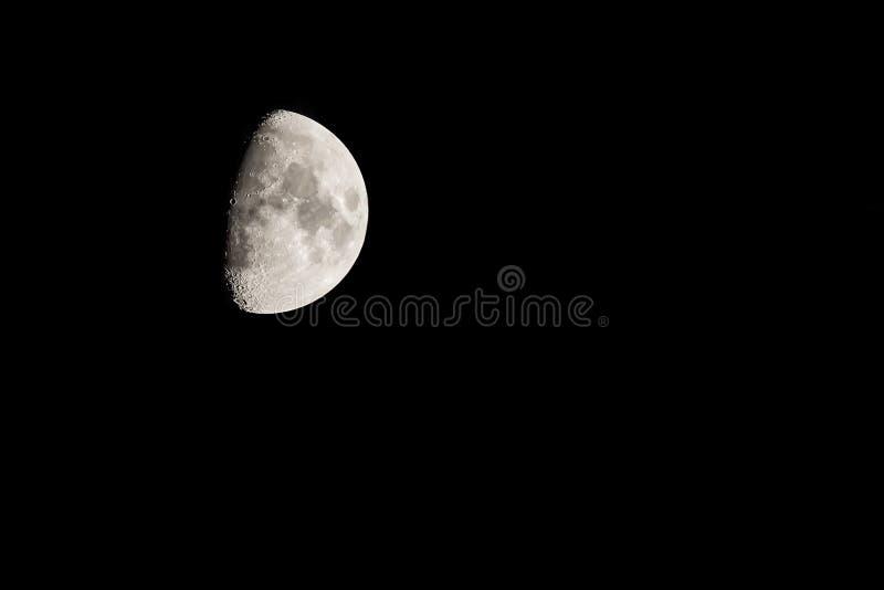 La luna nel cielo notturno nell'inverno immagine stock