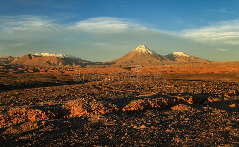 La Luna, opinión de Valle de sobre el volcán en la puesta del sol, desierto de Atacame, Chile septentrional de Licancabur imagenes de archivo