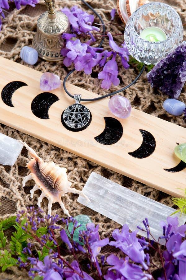 La luna pagana de limpiamiento de la bruja de la ceremonia organiza el altar con el cristal, f imágenes de archivo libres de regalías
