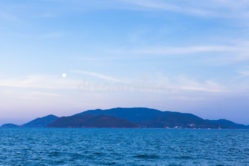La luna piena aumenta sopra la spiaggia di Nha Trang fotografia stock