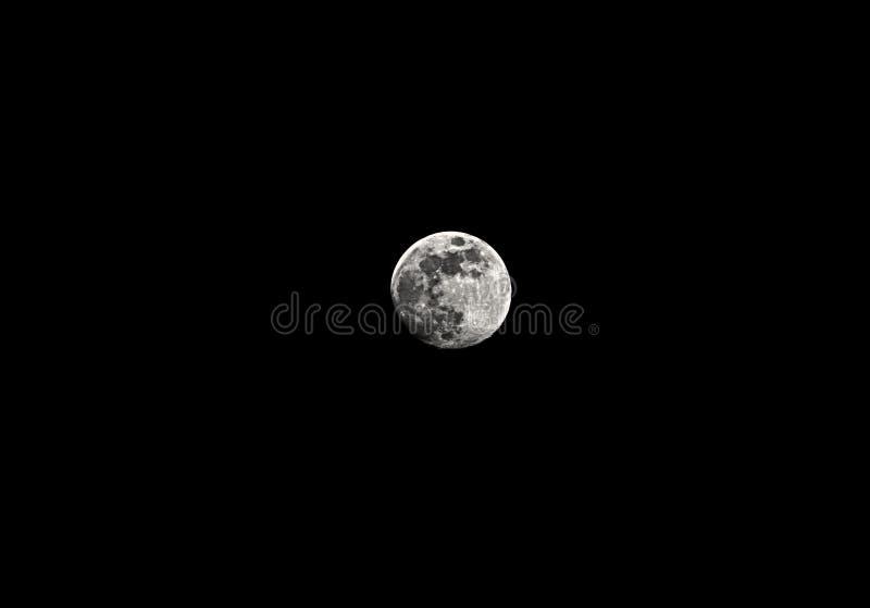 La luna piena contro un cielo di mezzanotte è perfetta per la selezione ed utile come fondo fotografie stock libere da diritti