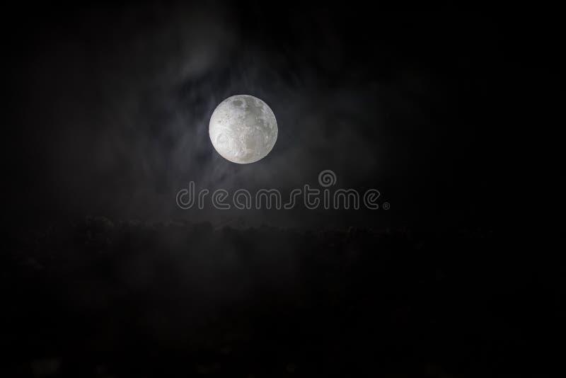 La luna piena del fondo/A della luna piena è la fase lunare che accade quando la luna completamente è illuminata come visto da te fotografia stock libera da diritti