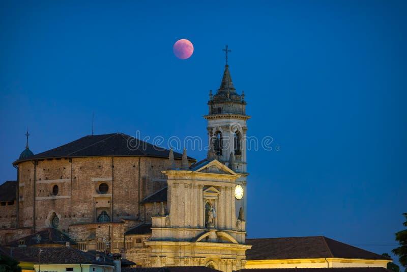La luna roja apocalíptica y la iglesia fotografía de archivo