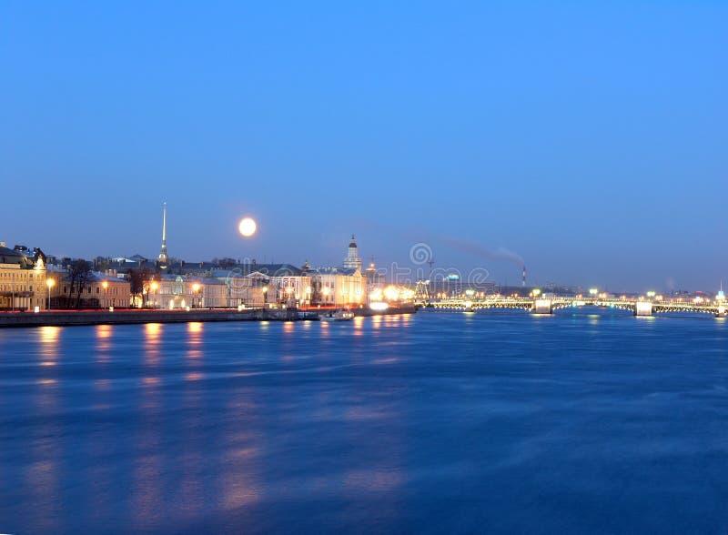 La luna sobre el río de Neva en St Petersburg foto de archivo libre de regalías