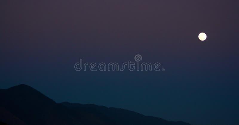 La luna sopra la montagna di Avila a Caracas fotografie stock