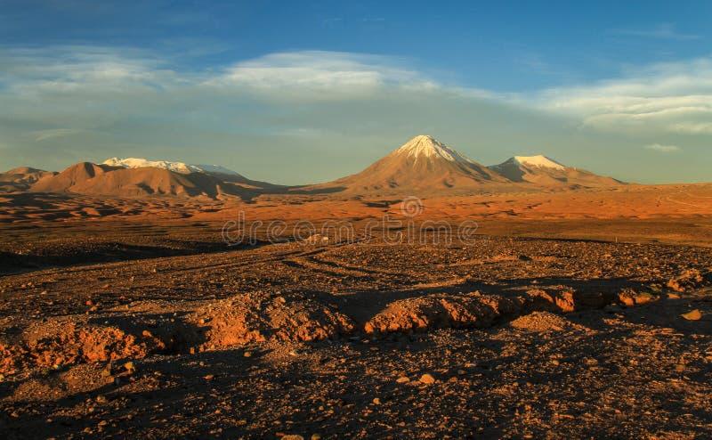 La Luna, vista di Valle de sul vulcano al tramonto, deserto di Atacame, Cile del Nord di Licancabur immagini stock