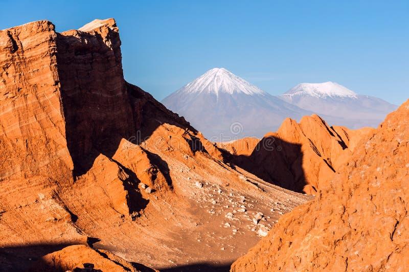 La Luna, volcanes Licancabur y Juriques, Atacama de Valle De foto de archivo