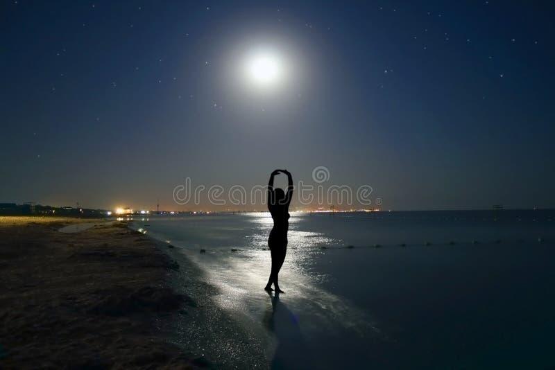 La luna y la mujer. imagen de archivo