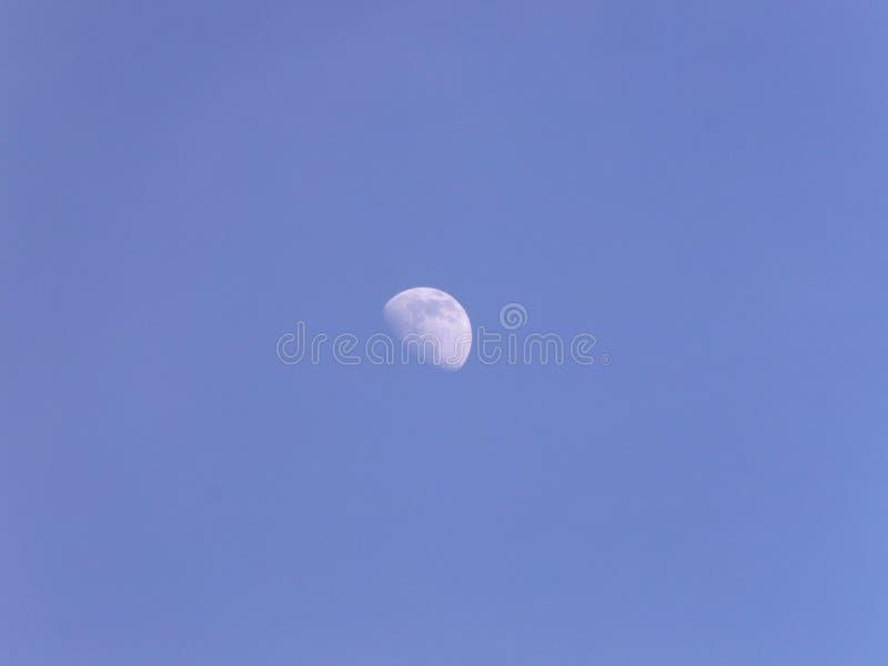 La lune… dans une nuit nuageuse photographie stock