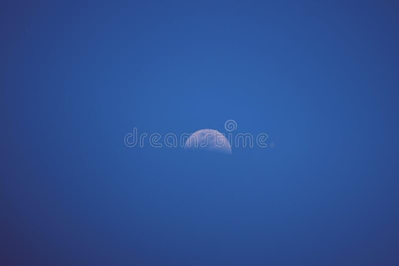 La lune… dans une nuit nuageuse images stock