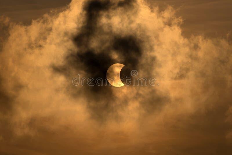 La lune couvrant le Sun dans une éclipse partielle image libre de droits