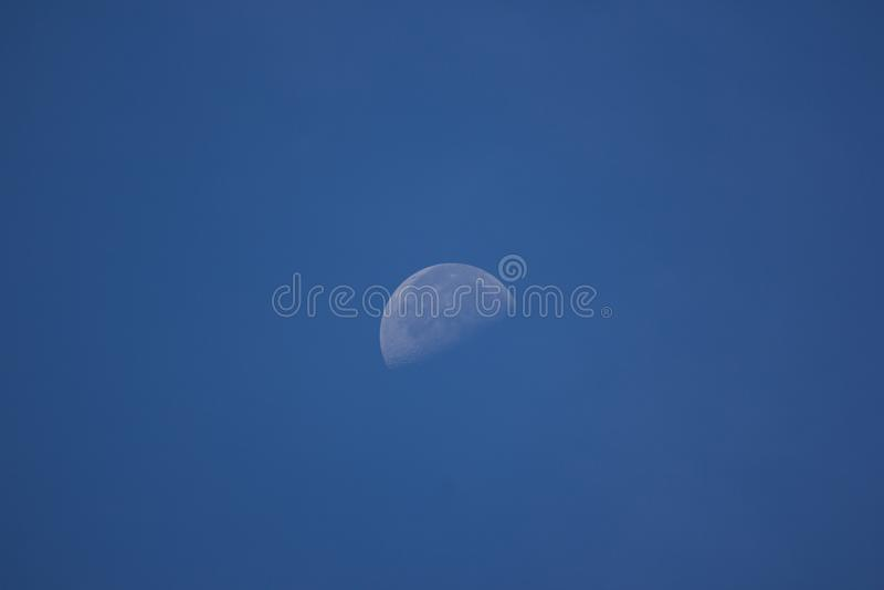 La lune dans le temps de matin avec le fond de ciel bleu image stock